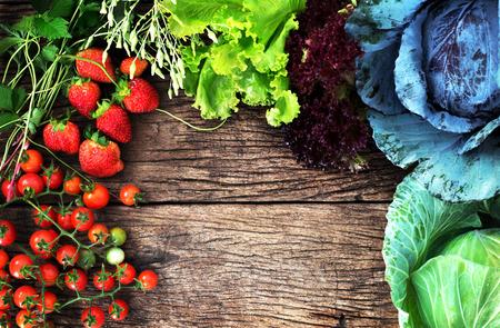 ミックス野菜、果実本文、きれいな食品を食べることのためのスペースを持つ木製の背景の上からの眺め