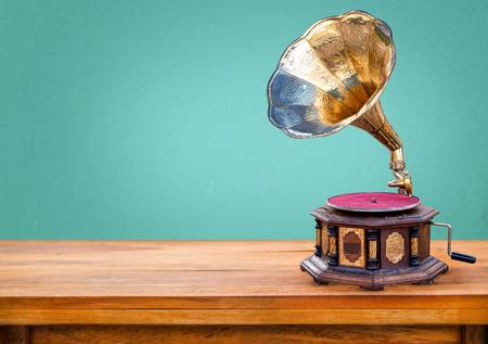 Oude grammofoon, retro radio-ontvanger vintage groene achtergrond Stockfoto