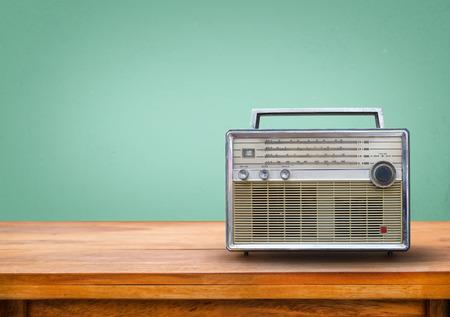 rádio retro velho na tabela com fundo verde do vintage luz olho Imagens