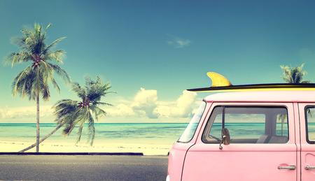 포도 수확: 지붕에 서핑 보드와 함께 해변에서 빈티지 자동차