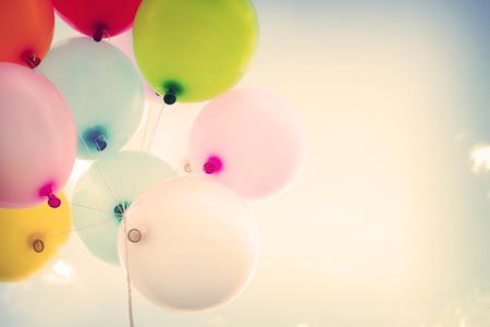 urodziny: Balon na rocznika kolorowe błękitne niebo koncepcji miłości w lecie i walentynki, miesiąc miodowy ślub