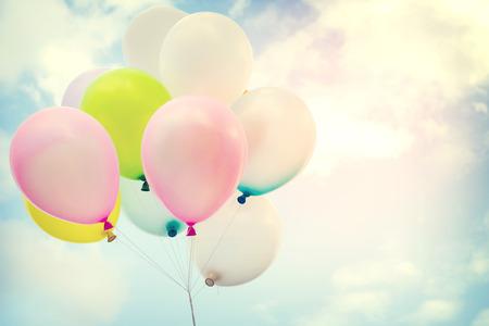 globo de colores de la vendimia en el cielo azul concepto de amor en el verano y el día de san valentín, luna de miel de la boda