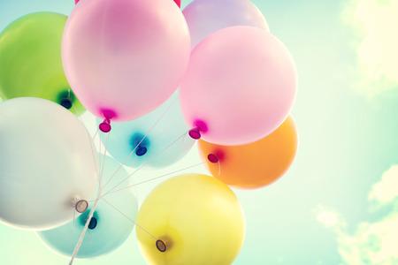 celebration: balão colorido do vintage no conceito do céu azul do amor no verão e namorados, lua de mel do casamento