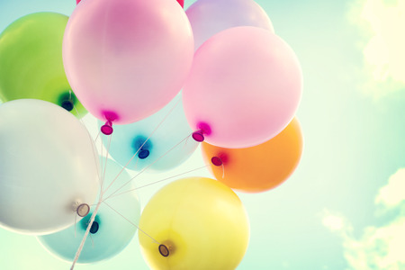 globos de cumpleaños: globo de colores de la vendimia en el cielo azul concepto de amor en el verano y el día de san valentín, luna de miel de la boda