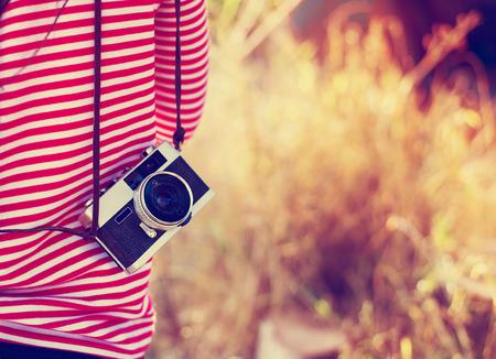 voyage vintage: Vintage jeune photographe hipster fille avec rétro caméra dans Voyage de vacances