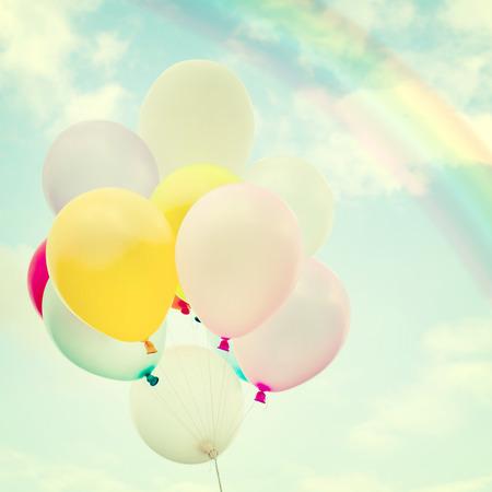 Globo colorido de la vendimia con el arco iris en el cielo azul concepto de amor en el verano y el día de san valentín, luna de miel de la boda Foto de archivo