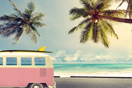 Coche de la vendimia en la playa con una tabla de surf Foto de archivo