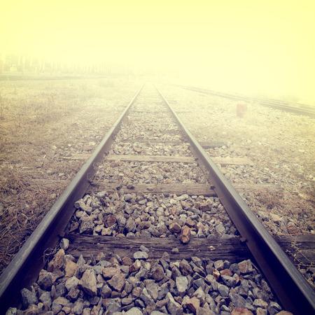Paisaje de las vías del tren en la estación de tren - retro, estilo efecto del filtro de la vendimia