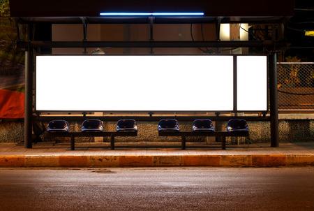 blanco de vallas publicitarias en la parada de autobús en la noche