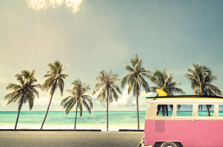 luna de miel: Coche de la vendimia en la playa con una tabla de surf Foto de archivo