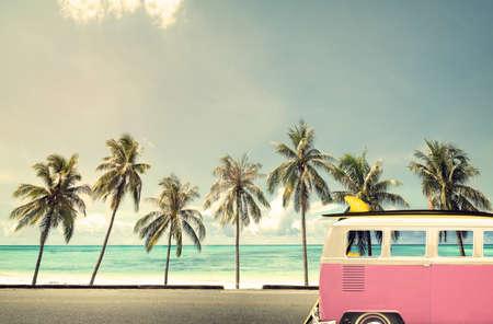 vintage: Oldtimer am Strand mit einem Surfbrett