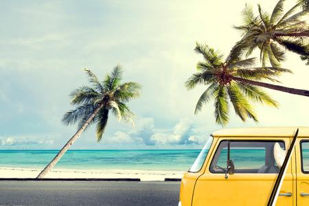 Vintage auto op het strand met een surfplank