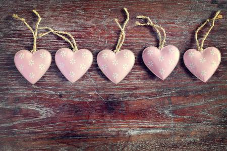 saint valentin coeur: Valentine coeur couleur pastel sur fond de bois, effet vintage - style r�tro Banque d'images