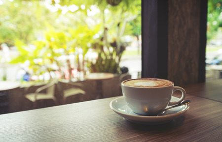 對表咖啡在咖啡晨光,復古還是復古的顏色色調杯 版權商用圖片