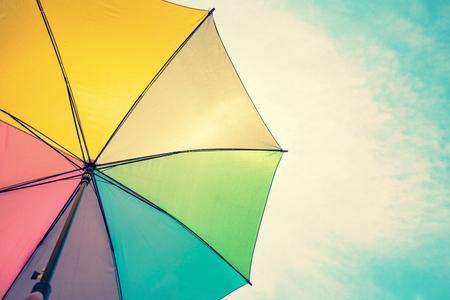 lluvia paraguas: Imagen abstracta de paraguas de colores de la vendimia