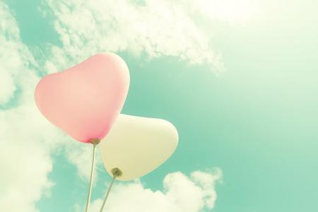 heart: palloncino cuore dell'annata sul cielo blu concetto di amore in estate e San Valentino, luna di miele matrimonio