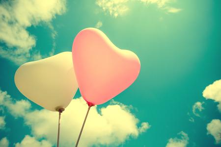 여름과 발렌타인 데이, 결혼식 신혼 여행에서 사랑의 푸른 하늘 개념에 빈티지 하트 풍선