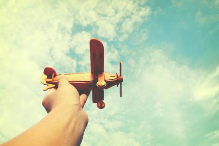 拿著一個玩具飛機和兒童的手中有夢想想成為一名飛行員。