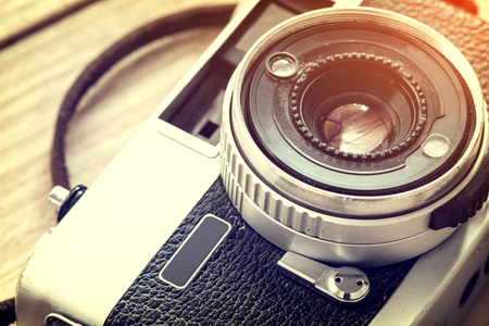 cerrar: Close up detail of the lens part of old camera - vintage filter effect and retro fashion style Foto de archivo