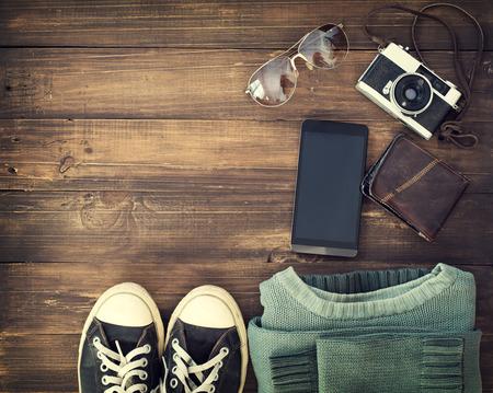 Draufsicht auf Hipster-Zubehör auf alten hölzernen Hintergrund