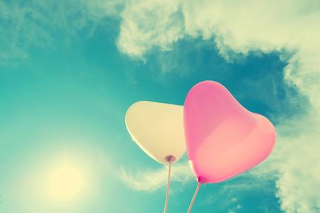 luna de miel: globo del corazón de la vendimia en el cielo azul concepto de amor en verano y de san valentín, luna de miel de la boda Foto de archivo