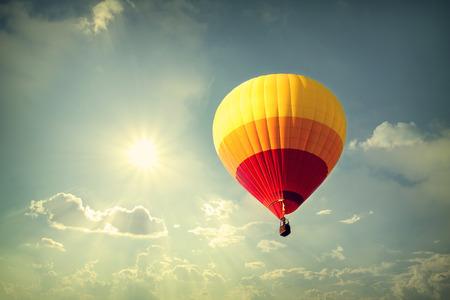 Hete luchtballon op hemel met wolken, vintage retro filter effect
