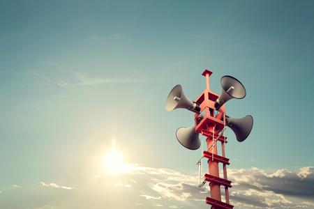 relaciones publicas: altavoz de la sirena de símbolo de relaciones públicas, el color de la vendimia - sol con cielo azul