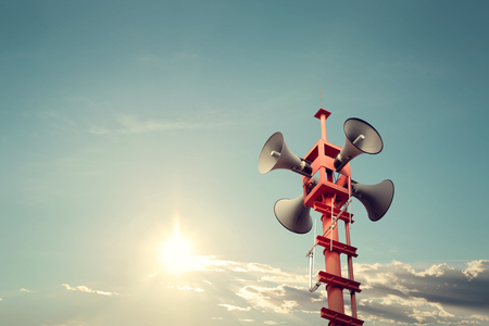 simbolo: Altoparlante del corno per segno simbolo di pubbliche relazioni, di colore d'epoca - sole con il cielo blu