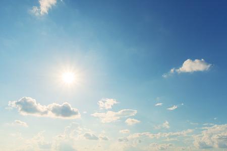 himmel mit wolken: Sonne blauer Himmel mit Wolken. Vintage-Effekt Farbe
