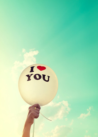 donna innamorata: donna mano palloncino. Ti amo concetto di simbolo di amore nel giorno di San Valentino