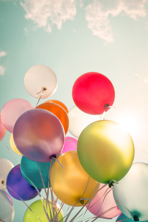 globos de cumpleaños: globos multicolores de fiesta de cumpleaños. Foto de archivo