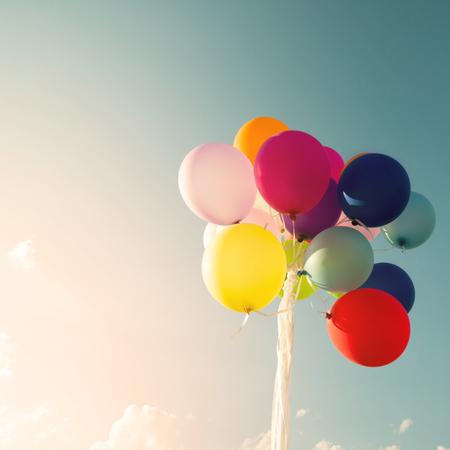 Vintage mångfärgade ballonger i födelsedagsfest. Instagram retro filtereffekten Stockfoto
