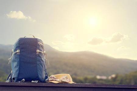 Uitrusting van de reis, rugzak en hoed voor de reiziger Stockfoto