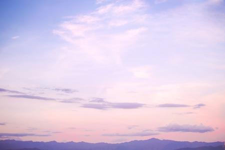 anochecer: Fondo de la naturaleza de la belleza del paisaje - serenidad y filtro de color cuarzo rosa