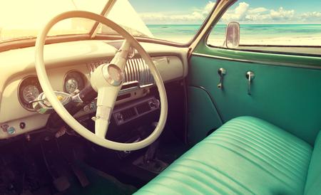 Interiör av klassisk vintage bil -parked havet i sommar