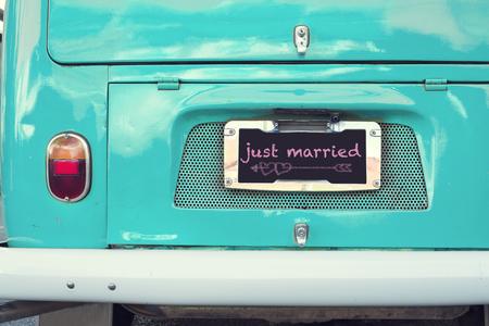 just married sign on aquamarine classic vintage van. concept of love - wedding and honeymoon in summer Foto de archivo