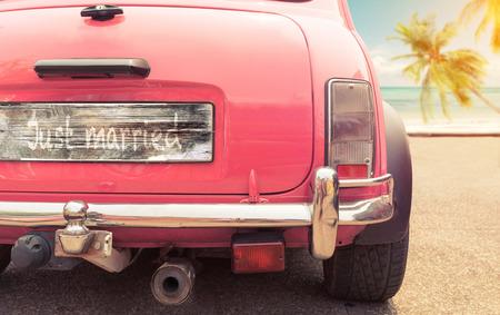 net getrouwd bordje op klassieke vintage auto. Het concept van de liefde huwelijksreis in de zomer