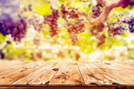 Top di tavolo in legno con sfondo vigna - vuoto pronto per il montaggio esposizione dei prodotti. Archivio Fotografico