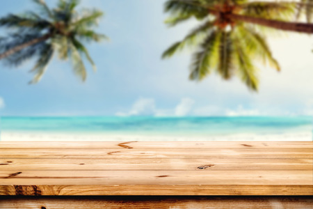 Top of wood table with blurred sea and coconut tree background - Empty ready for your product display montage. Concept of beach in summer Stockfoto