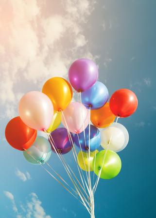 flerfärgade ballonger med retrofiltereffekt, koncept grattis på födelsedagen på sommaren och bröllopsbröllopsfest (vintagefärgton)
