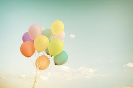 Multicolor ballonnen in de zomervakantie. Pastel kleurfilter Stockfoto