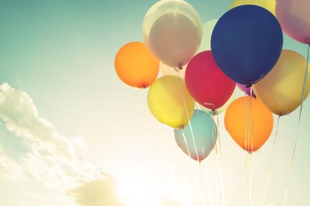 誕生日パーティーのヴィンテージの多色風船。 レトロなフィルター効果
