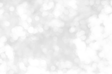 예술적 스타일 - 디자인을위한 흐리게 조명과 함께로 defocused 추상 흰색과 회색 나뭇잎 조명 배경