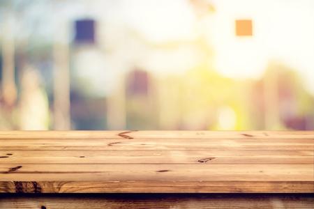 흐리게 나뭇잎 자연 배경으로 나무 테이블 맨 위로 - 제품 디스플레이 또는 몽타주에 대한 준비가 웁니다. 스톡 콘텐츠