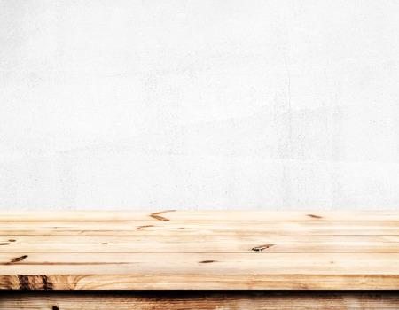 빈 소나무 나무 테이블 상단 제품 준비 몽타주입니다. 흰 벽 배경.