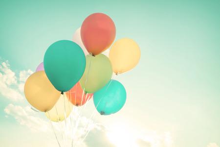 Kleurrijke ballonnen in de zomervakantie. Pastel kleurfilter Stockfoto