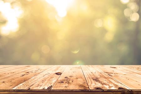 Bovenkant van houten tafel met wazige bokeh natuur achtergrond - Leeg klaar voor uw product display of montage. Stockfoto