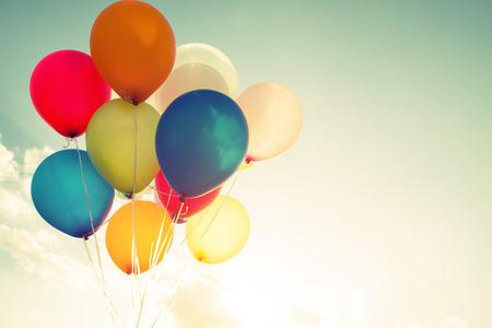 로맨스: 레트로 필터 효과와 여러 가지 빛깔의 풍선, 여름 결혼식 신혼 여행 파티 (빈티지 색조)의 생일의 개념
