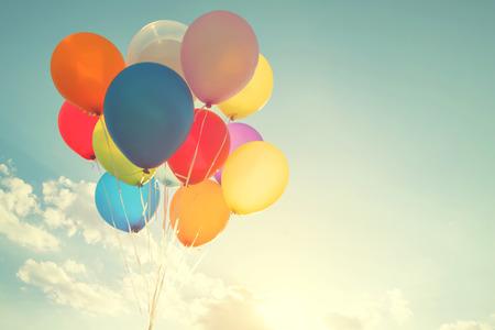 Globos multicolores con un efecto de filtro retro de instagram, concepto de feliz cumpleaños en verano y fiesta de bodas de luna de miel (tono de color vintage)
