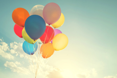 globos multicolores con un efecto retro filtro de Instagram, el concepto de feliz cumpleaños en verano y fiesta de boda luna de miel (tono de color de época) Foto de archivo